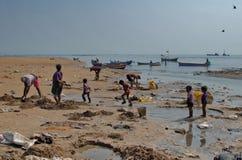 Contaminación de la playa del mar de Bombay Imagenes de archivo