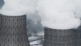 Contaminación del humo de la fábrica La chimenea industrial produce niebla con humo sucia en atmósfera almacen de metraje de vídeo