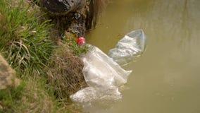 Contaminaci?n del pl?stico en el agua, flotadores in?tiles pl?sticos en agua Protecci?n del medio ambiente Las botellas pl?sticas metrajes