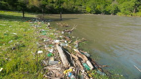 Contaminación del río con la basura del plástico Problema ecológico almacen de metraje de vídeo