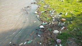 Contaminación del río con la basura del plástico Problema ecológico metrajes