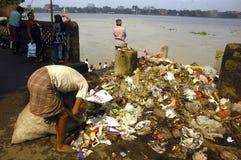 Contaminación del río de Ganga en Kolkata. Imagen de archivo libre de regalías