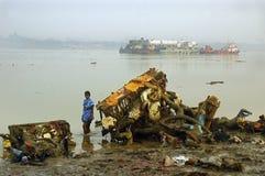 Contaminación del río de Ganga en Kolkata. Foto de archivo