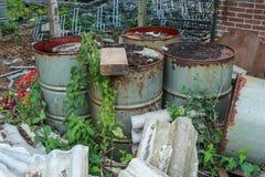 Contaminación desechada y aherrumbrada de los bidones de aceite fotos de archivo libres de regalías