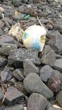 Contaminación en la playa local en Irlanda fotografía de archivo