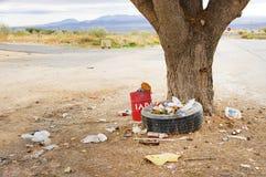 Contaminación en un cruce, cerca de un árbol Fotos de archivo libres de regalías