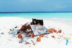 Contaminación en una playa tropical Fotografía de archivo libre de regalías