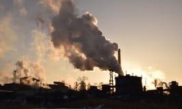 Contaminación industrial debajo del sol poniente Foto de archivo libre de regalías