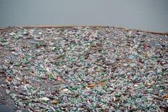 Contaminación plástica de la botella Imagen de archivo libre de regalías