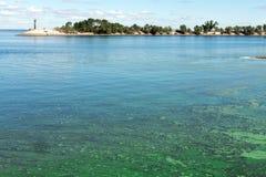 Contaminación plástica del río fotografía de archivo libre de regalías