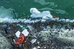 Contaminación plástica del río imagen de archivo