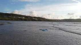 Contaminación plástica que flota en el Océano Atlántico almacen de metraje de vídeo