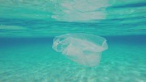 Contaminación plástica subacuática almacen de metraje de vídeo