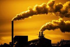 Contaminación y humo de las chimeneas de la fábrica o de la central eléctrica imagen de archivo libre de regalías