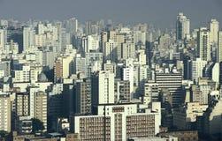 Contaminación y rascacielos, São Pablo, el Brasil de la niebla con humo foto de archivo