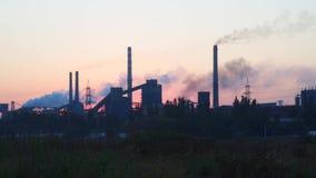 Contaminaci?n ambiental Humo de los tubos contra el cielo en la salida del sol metrajes