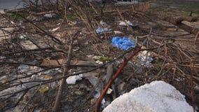 Contaminaci?n ambiental por la basura del hogar Una pila de basura en el patio de la ciudad almacen de video