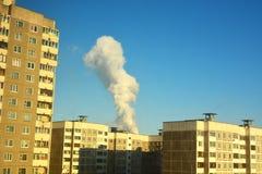 Contaminaci?n atmosf?rica en la ciudad Emisiones da?inas M?n humo de la ecolog?a del tubo de la f?brica Humo sucio en el cielo foto de archivo libre de regalías
