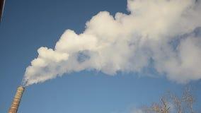 Contaminación atmosférica y atmósfera, producción de energía, humo blanco de las chimeneas de la fábrica que suben en el cielo az metrajes
