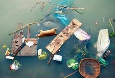 Contaminación de agua con basura plástica y basura sucia de la basura Fotografía de archivo libre de regalías
