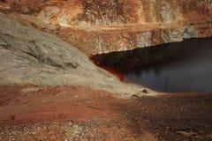 Contaminación de agua de una explotación de la mina de cobre Imagen de archivo libre de regalías