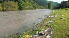 Contaminazione di plastica nella natura Immondizia e bottiglie che galleggiano sull'acqua Inquinamento ambientale in Georgia Immo stock footage