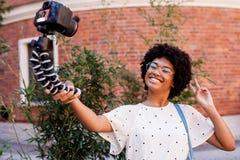 Contaminazione felice della ragazza sulla macchina fotografica digitale fotografie stock