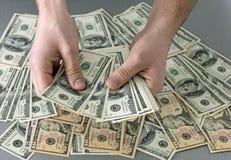 Contando a grande pilha de notas de dinheiro Imagens de Stock