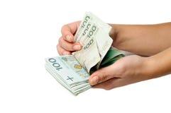 Contando lotes do lustrador 100 notas de banco do zloty Fotos de Stock Royalty Free
