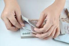 Contando o dinheiro tailandês Foto de Stock Royalty Free