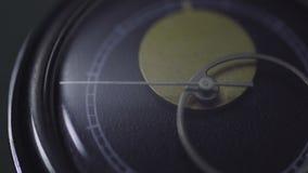 Contando o tempo no vintage olhe o mecanismo, o pulso de disparo do vintage, a órbita de terra e a lua no pulso de disparo video estoque