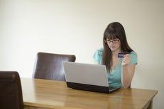 Contando online dalla casa immagine stock