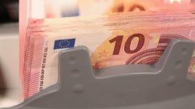 Contando pequeñas cuentas euro con la máquina contraria - carro de la cámara almacen de video