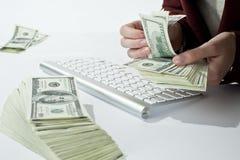 Contando seu dinheiro Imagens de Stock