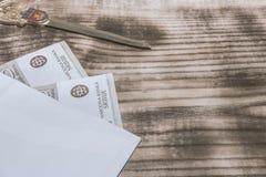 Contant geld in de envelop stock foto