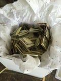 Contant geld in een doos Stock Foto's