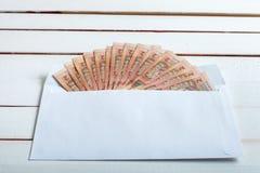 Contant geld in een envelop Oekraïense hryvnia Royalty-vrije Stock Foto's