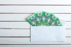Contant geld in een envelop Oekraïense hryvnia Stock Foto