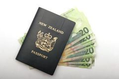 Contant geld in een paspoort Stock Afbeelding