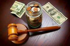 Contant geld en hamer Royalty-vrije Stock Foto