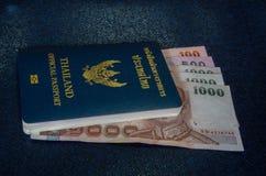 Contant geld en Thais paspoort royalty-vrije stock foto's