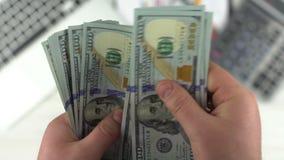Contant geld in Handen Het Tellende Geld van de mens stock video