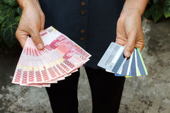 Contant geld of Kaart? Stock Afbeeldingen