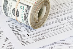 Contant geld op 1040 belastingsvorm Royalty-vrije Stock Foto