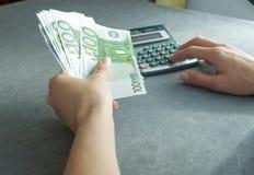 Contant geld ter beschikking Stock Afbeeldingen