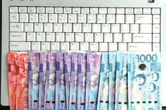 Contant geldgeld op een laptop computer Royalty-vrije Stock Foto