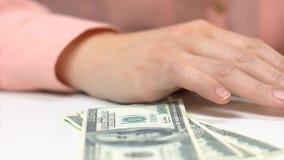 Contante geld van de boekhouders het tellende dollar, ontoereikende som voor het runnen van zaken, schulden stock footage