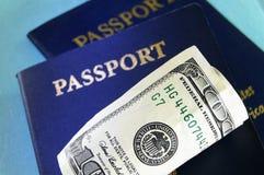 Contanti e passaporti degli Stati Uniti Immagine Stock Libera da Diritti