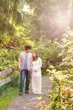 Contar con la mamá y al papá en paseo a través del bosque Fotografía de archivo