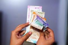 Contar a moeda indiana nova nota todas as denominações foto de stock royalty free